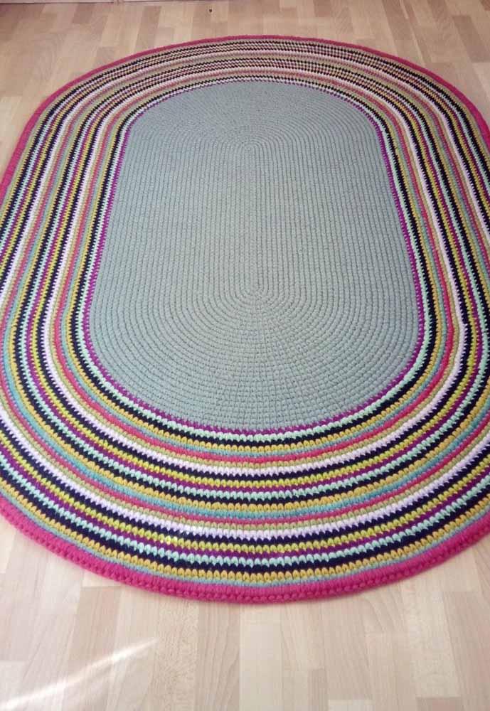 Tapete de crochê oval básico com destaque para a mistura de cores