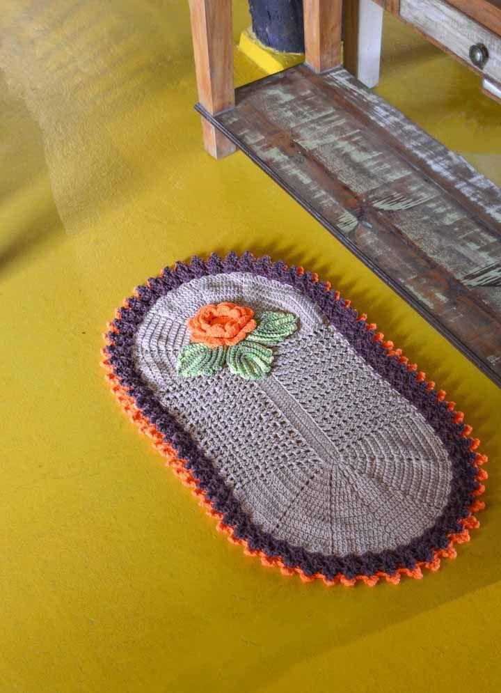 E para finalizar uma peça simples, aposte na aplicação de flores de crochê