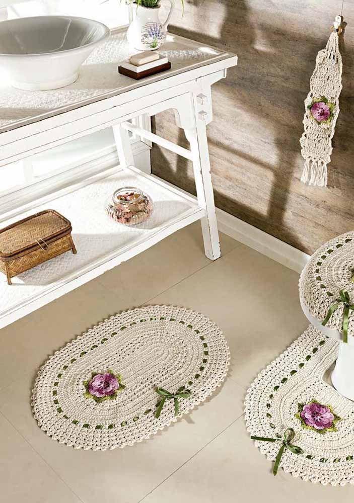 Conjunto de banheiro oval em crochê com quatro peças e finalização com fita de cetim