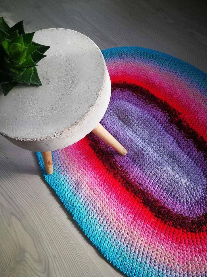 Tapete crochê oval colorido com degradê para um clima divertido e jovem