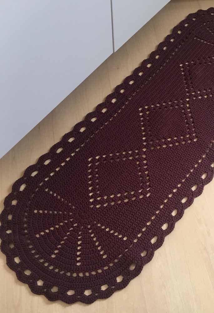 Trabalhe com os pontos vazados para formar desenhos em tapetes de crochê em uma cor