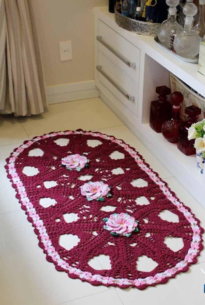 Rosa e vinho em um tapete de crochê oval para a sala