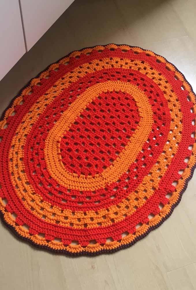 Tapetinho de crochê oval bicolor: ideal para áreas pequenas, como o banheiro ou a soleira de portas