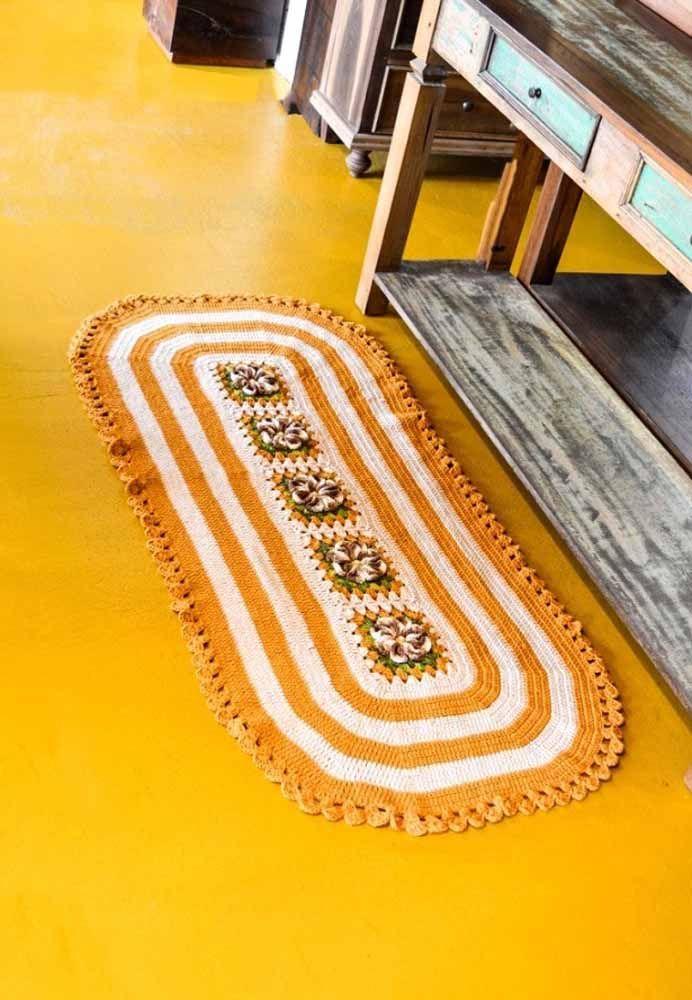 Tapete de crochê oval com flores como centro da peça