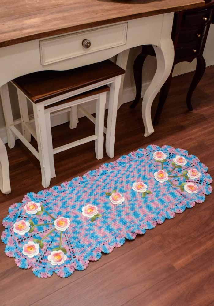 Muitas flores aplicadas neste tapete de crochê perfeito para acompanhar aparadores ou penteadeiras