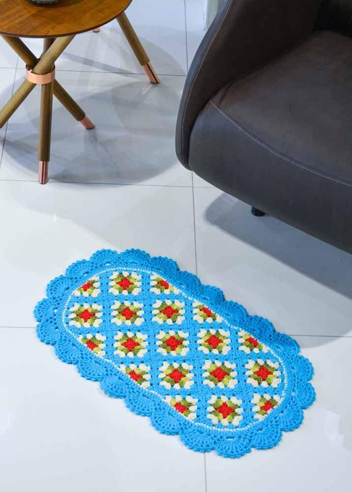 Tapete de crochê oval com padrão de rosas vermelhas no gráfico