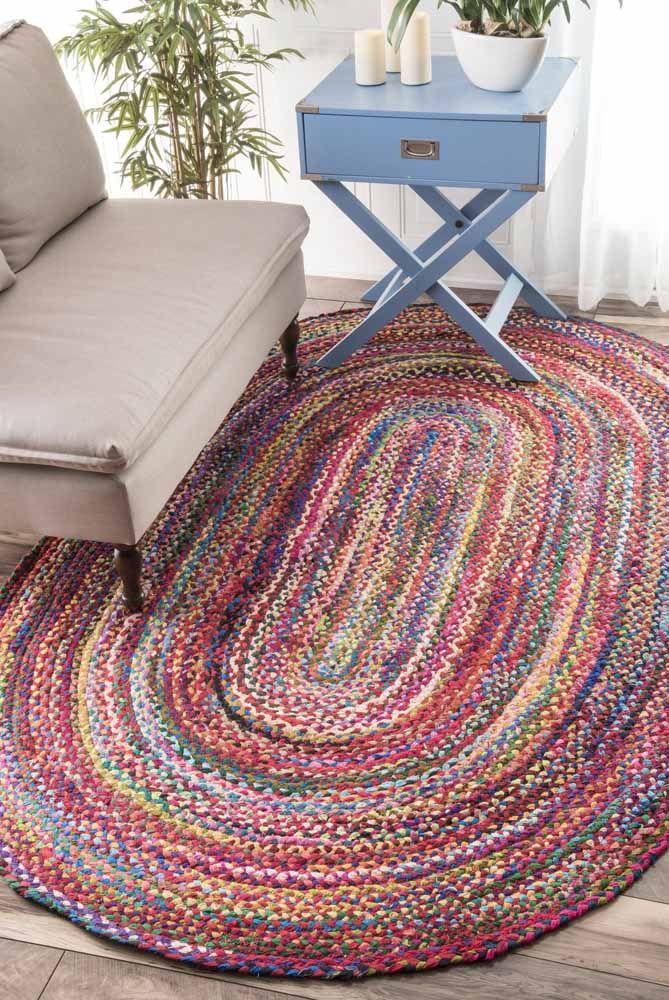 Tapete de crochê simples com fio de malha multicolorido para uma decoração descontraída para a sua sala