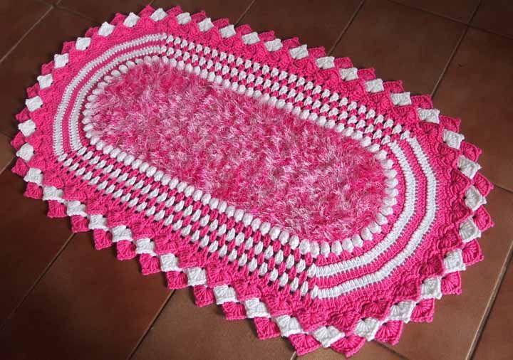Tapete de crochê rosa e branco: centro em barbante peludinho, super agradável para os pés