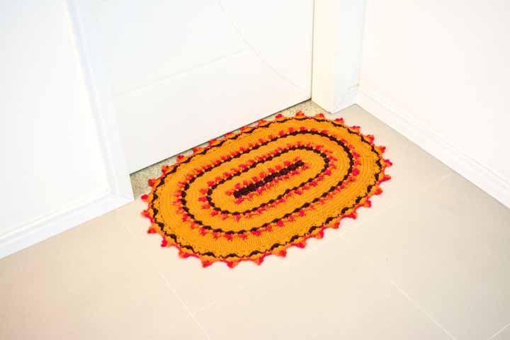 Tapete sol oval: amarelo, vermelho e marrom chamam todas as atenções neste projeto para colocar na entrada de casa