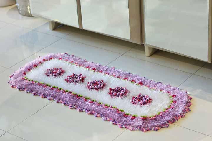 Outra ideia de crochê feito com barbante peludo, dessa vem em forma de uma passadeira oval para a cozinha