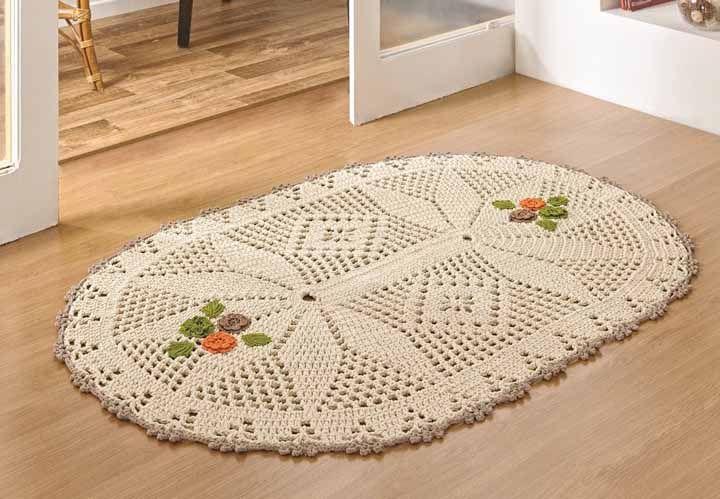 Tapete oval em barbante cru com desenho no gráfico e aplicação de flores coloridas