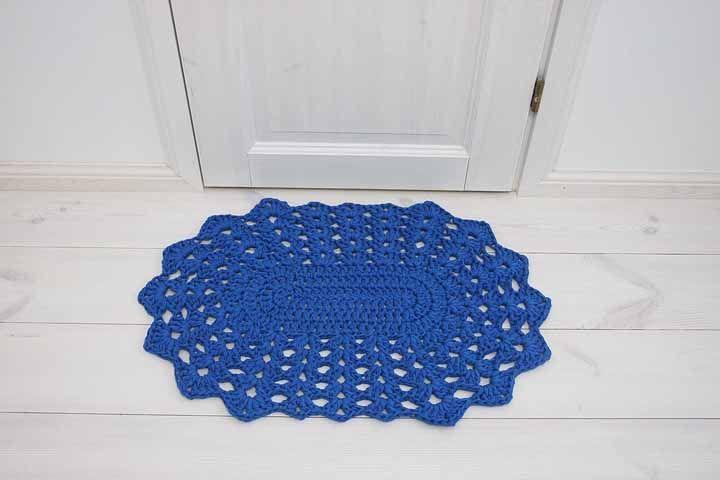 Tapetinho de crochê para a entrada dos ambientes: azul royal ganhando destaque no ambiente branco