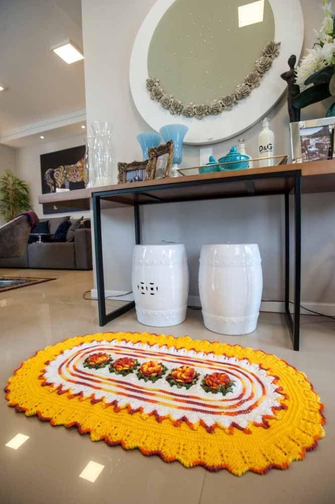 Outra ideia de tapete oval com flores no centro e um amarelo para chamar a atenção