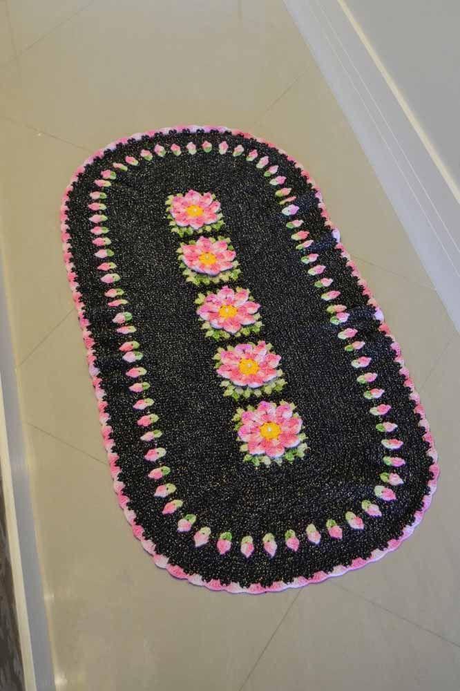 Rosa e preto em contraste neste tapete oval florido