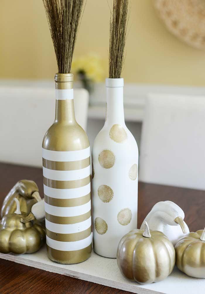 Pintura de garrafa de vidro com dourado e branco