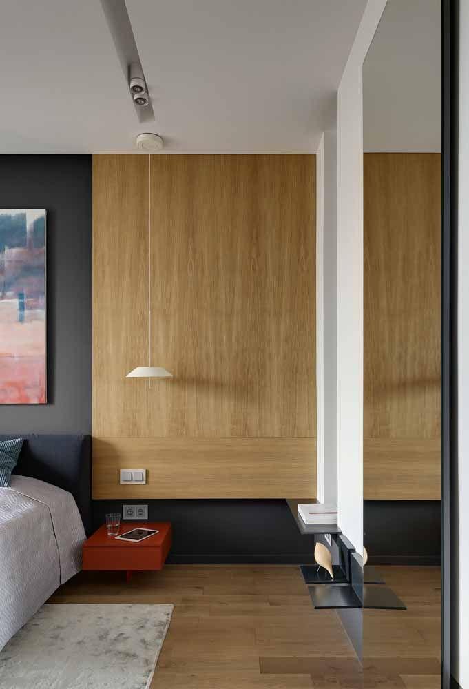 O quarto amplo apostou em apenas um detalhe em vermelho: o criado mudo, apesar do quadro aos fundos também levar um toque discreto da cor