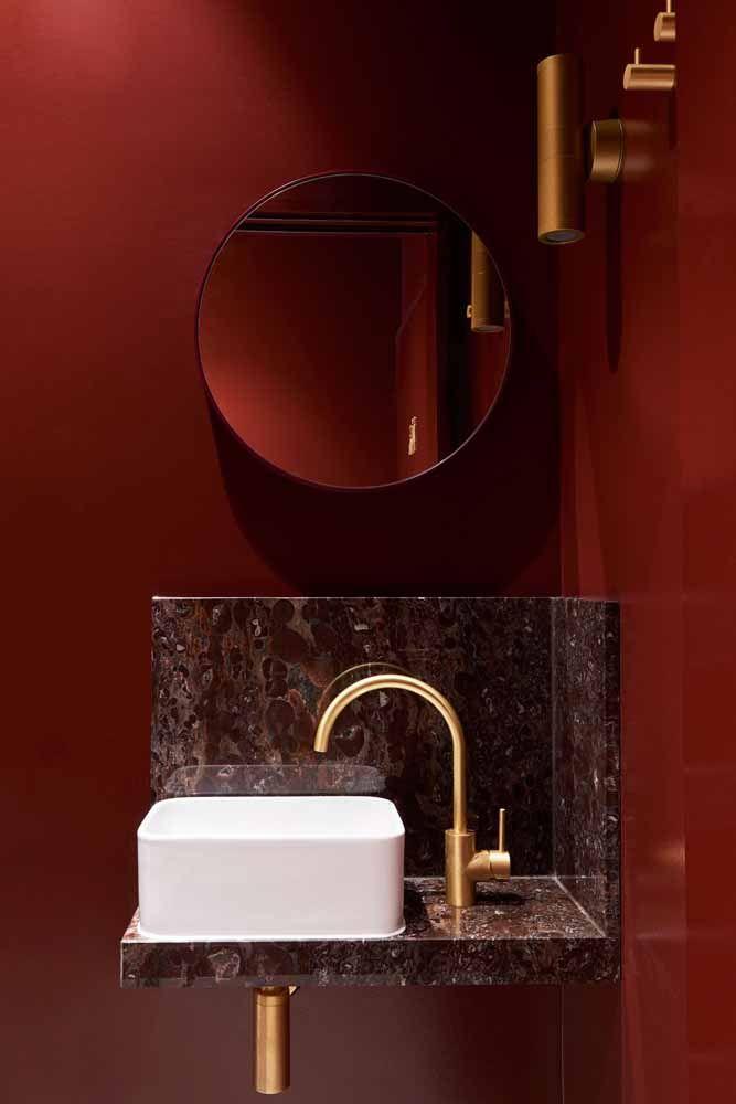 Vermelho, marrom e dourado: um mix de cores para conferir glamour, luxo e sofisticação ao banheiro