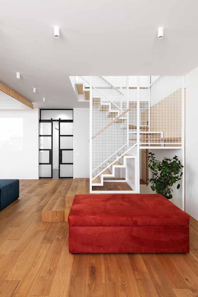 Um espaçoso sofá vermelho para preencher o espaço
