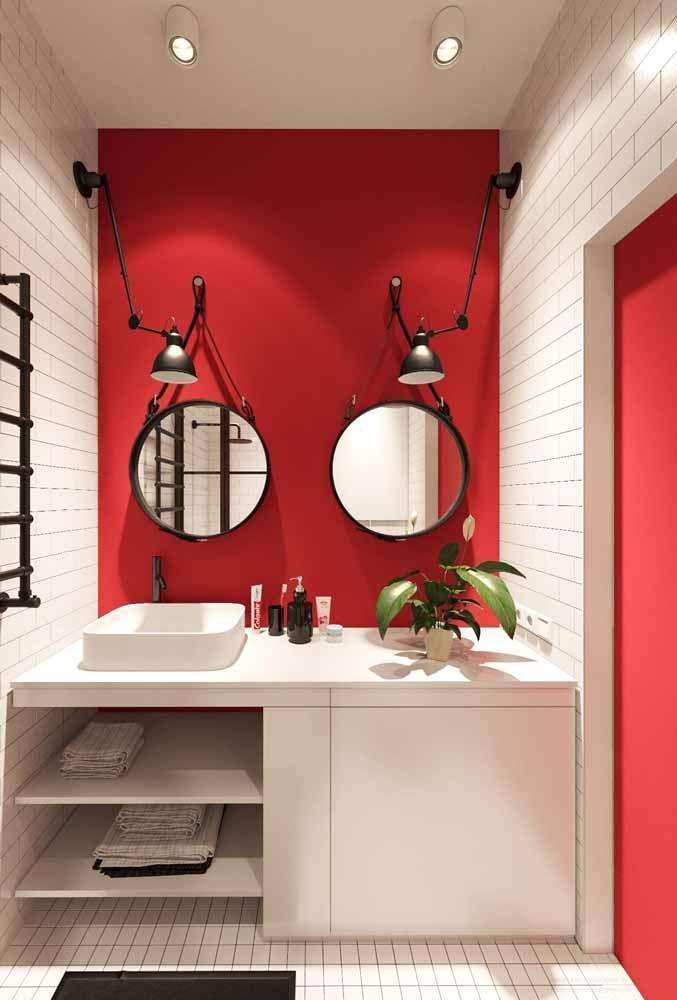 Esse banheiro branco ganhou uma linda parede vermelha para fazer bonito na decor; a porta segue no mesmo tom