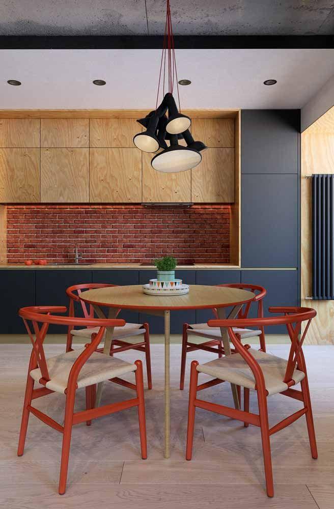 Cozinha industrial com combinação de cores complementares: vermelho e azul