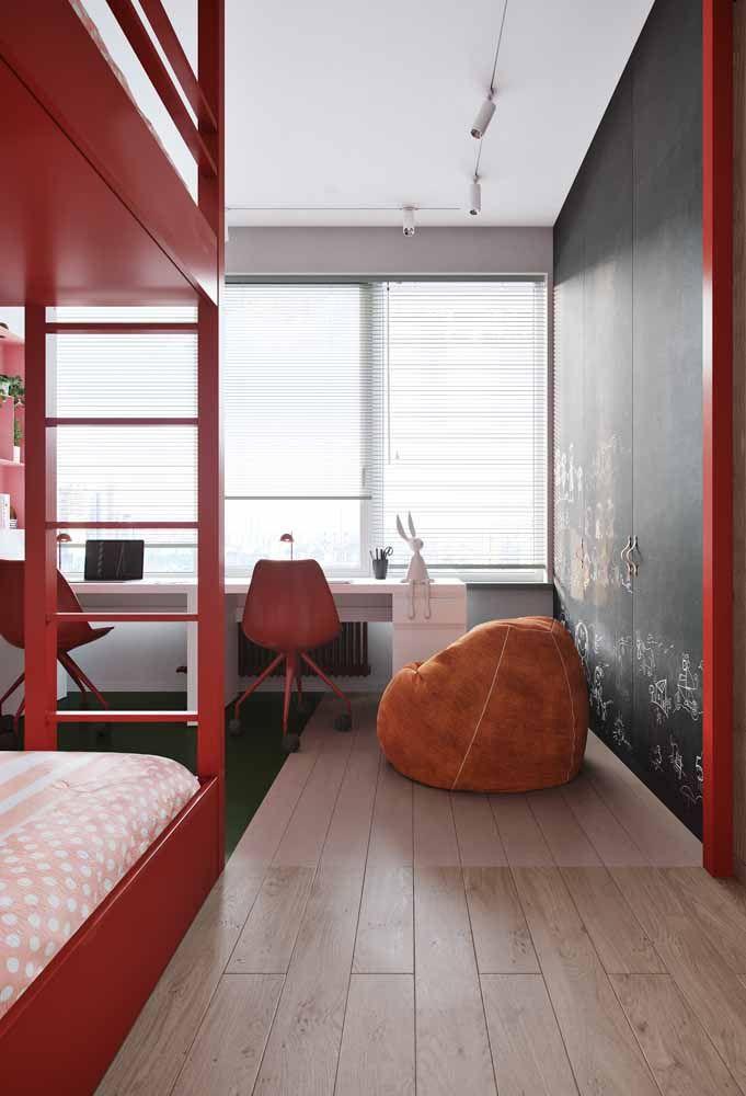 Nos quartos, o vermelho deve ser usado com moderação, assim como esse da imagem onde a cor aparece em detalhes