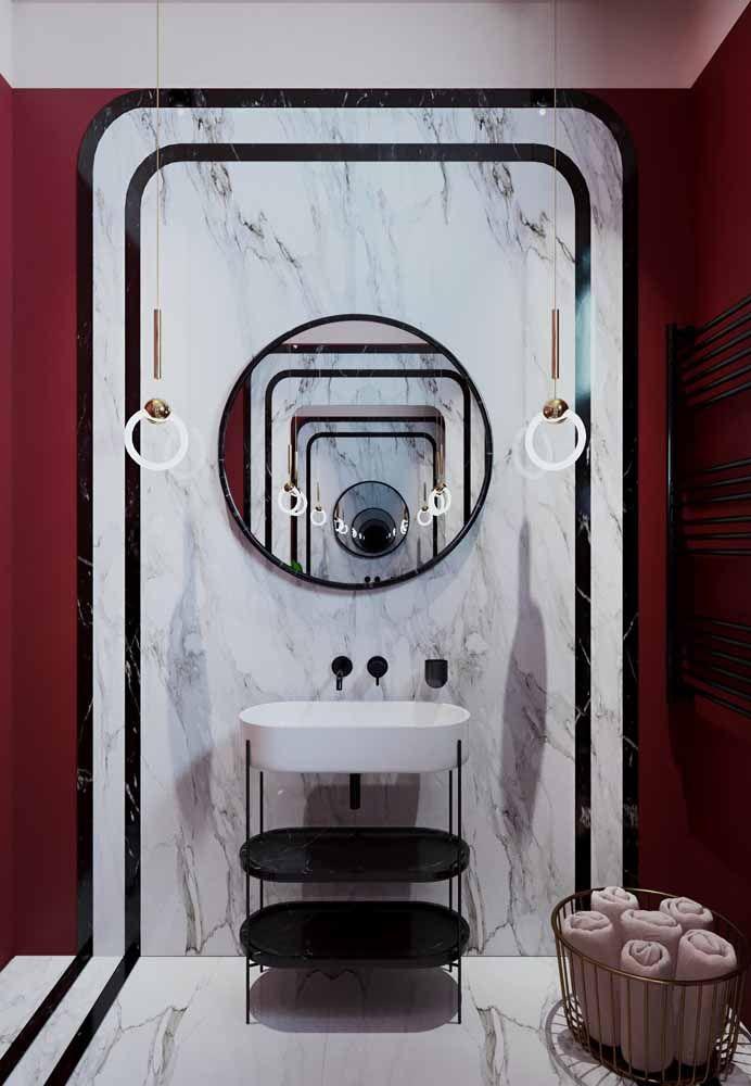 Puro luxo esse banheiro: paredes vermelhas, mármore branco e acessórios pretos