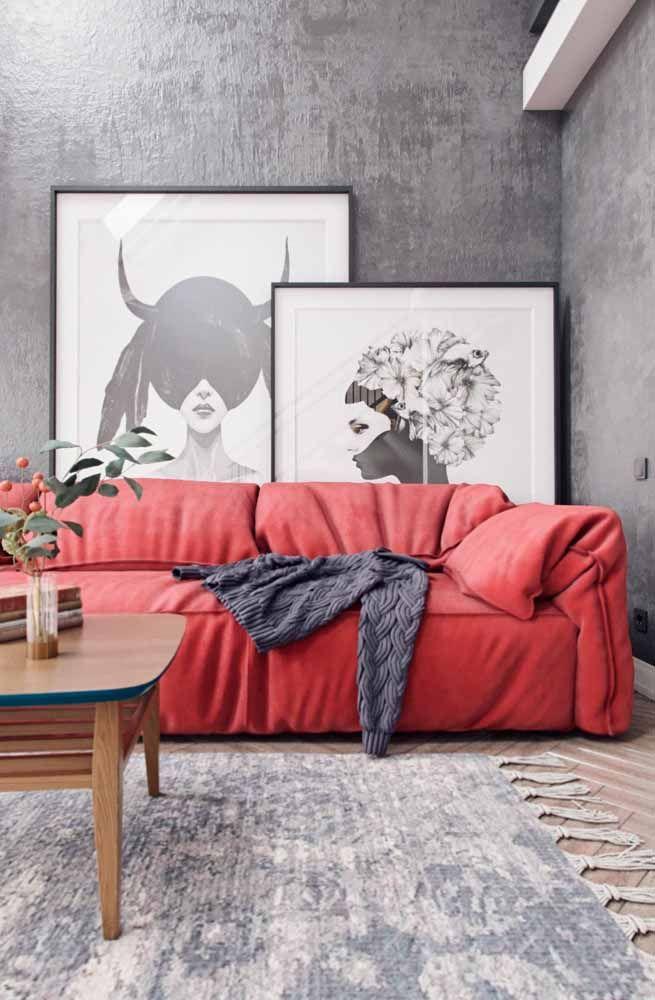 Sala moderna em tons de cinza fez uma aposta certeira no sofá vermelho