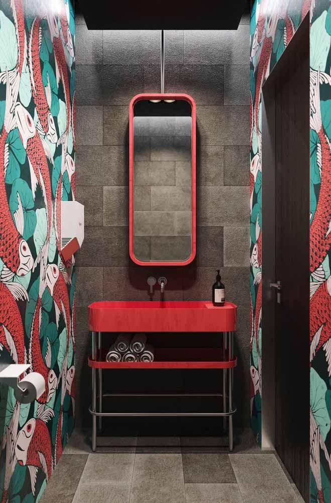 Moderno, jovem e cheio de personalidade: é assim que esse banheiro pequeno se apresenta ao combinar tons marcantes de vermelho, azul turquesa e preto