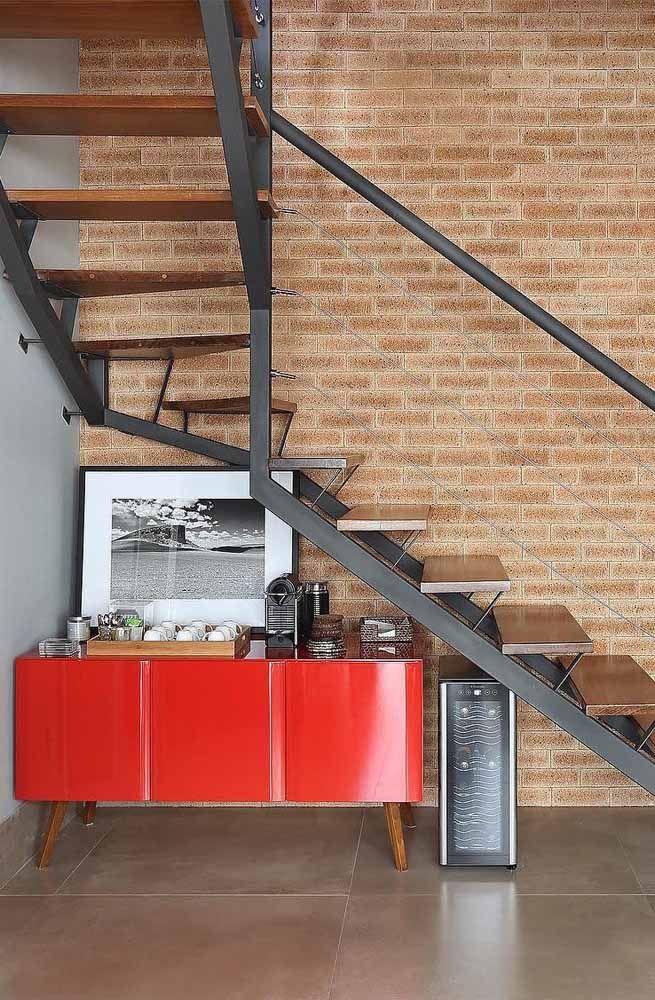 O espaço embaixo da escada foi bem aproveitado para o cantinho do café, mas um cantinho que não passa despercebido