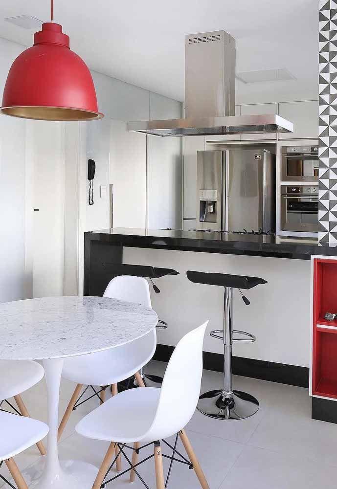 Uma luminária vermelha e pronto: você renova sua decor de modo prático, fácil e barato