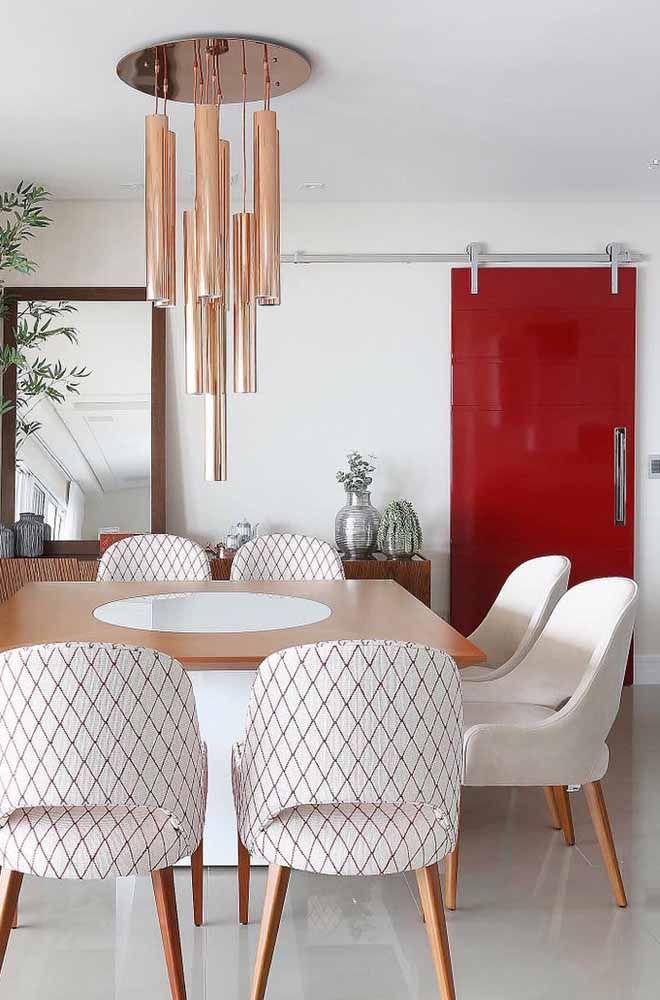 Uma luxuosa e elegante porta de correr vermelha com acabamento em laca