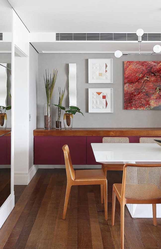 O buffet, quase roxo, ajuda a preencher a sala de jantar com cores