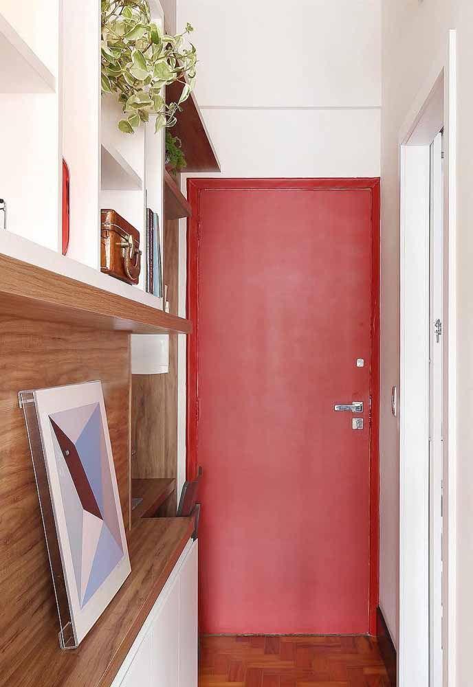Porta vermelha com paredes brancas: tudo em equilíbrio nesse corredor