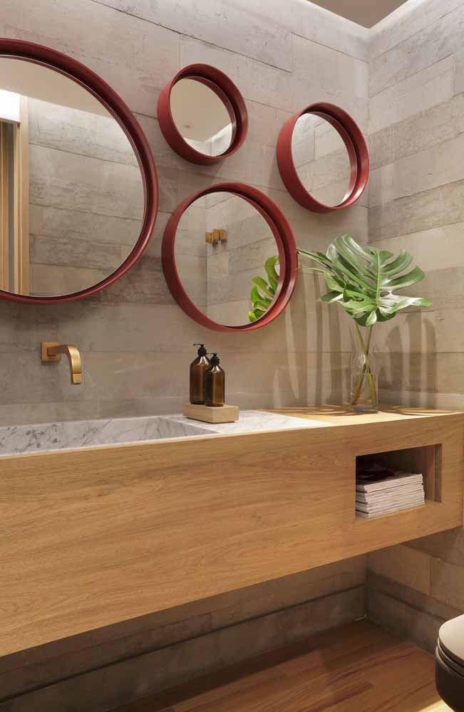 No banheiro elegante e sóbrio, o vermelho ganhou espaço nas molduras dos espelhos, dando um toque pra lá de especial ao ambiente