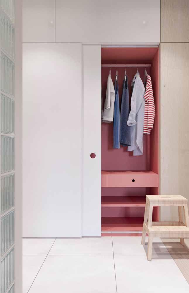 O vermelho aqui foi usado para valorizar a parte interna do guarda roupa