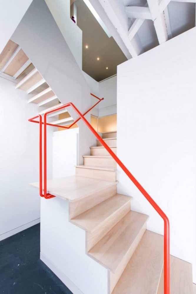 Um corrimão vermelho: esse é aquele toque de cor que a casa precisa e muitas vezes não se sabe onde colocar.