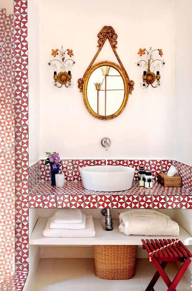 Banheiro com influência retrô apostou no uso do vermelho combinado com elementos em dourado