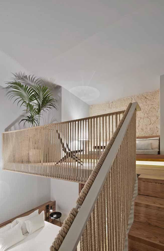 Escada de madeira e corrimão de corda: uma combinação perfeita para propostas rústicas e descontraídas de decoração