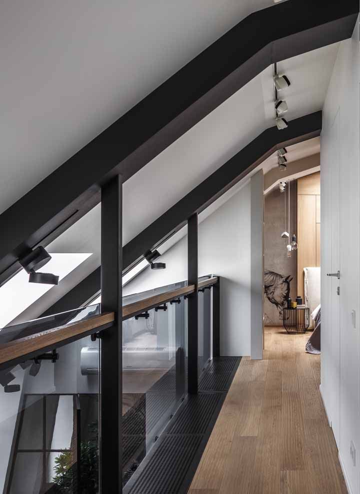 A proposta moderna dessa casa apostou em um corrimão que mescla madeira e aço