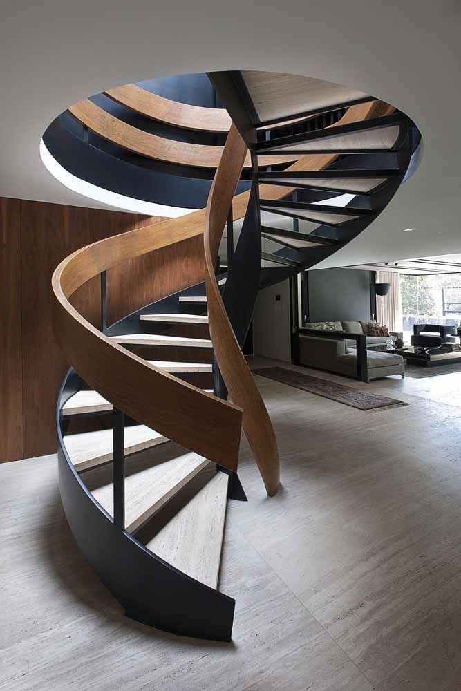 A escada caracol apostou na dureza e rigidez do ferro e na elegância da madeira para compor um projeto espetacular