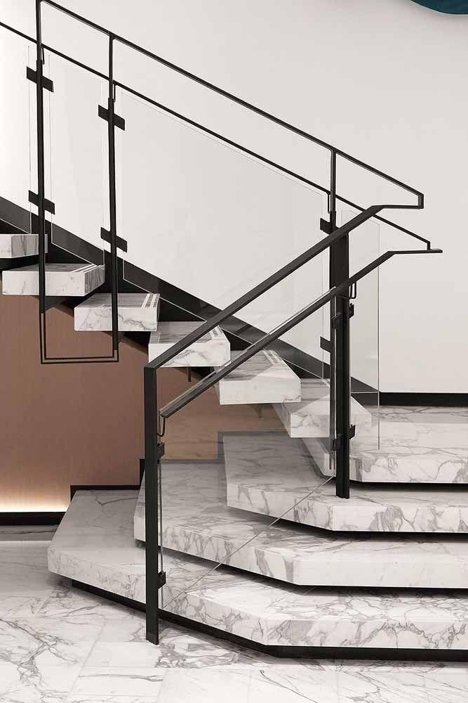 O elegante piso de mármore recebeu muito bem a proposta de um corrimão moderno de vidro