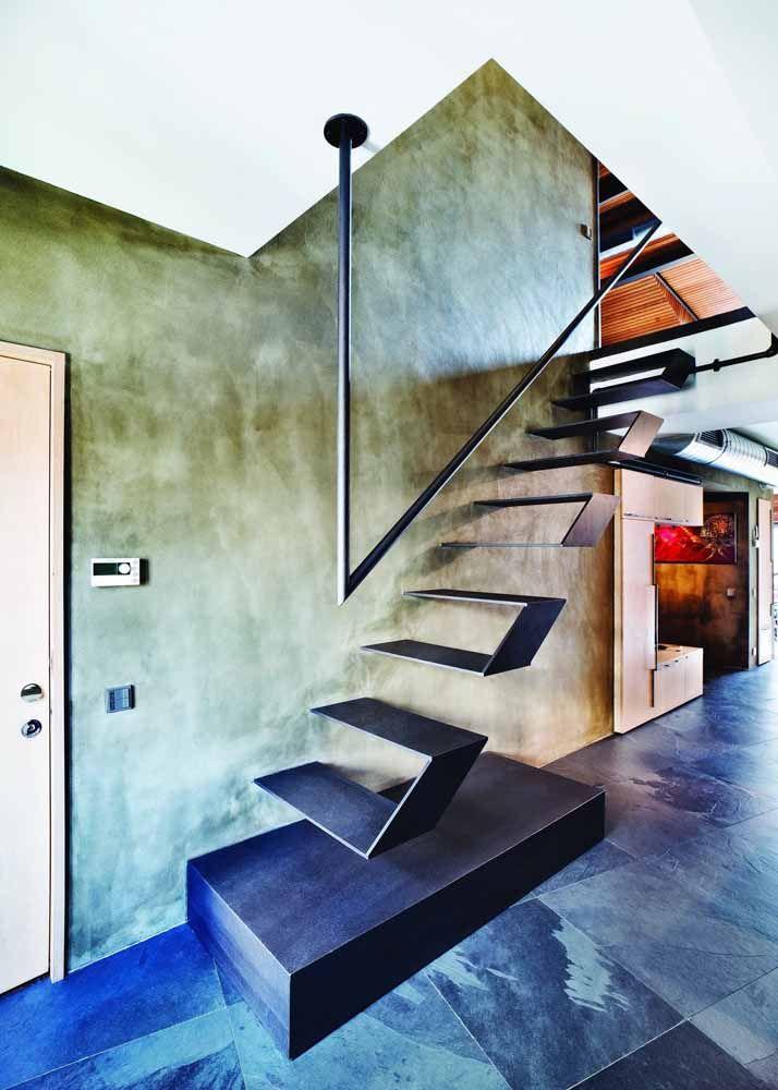 Nessa escada para lá de moderna o corrimão de ferro foi fixado no teto, reforçando a sensação de que a escada está flutuando
