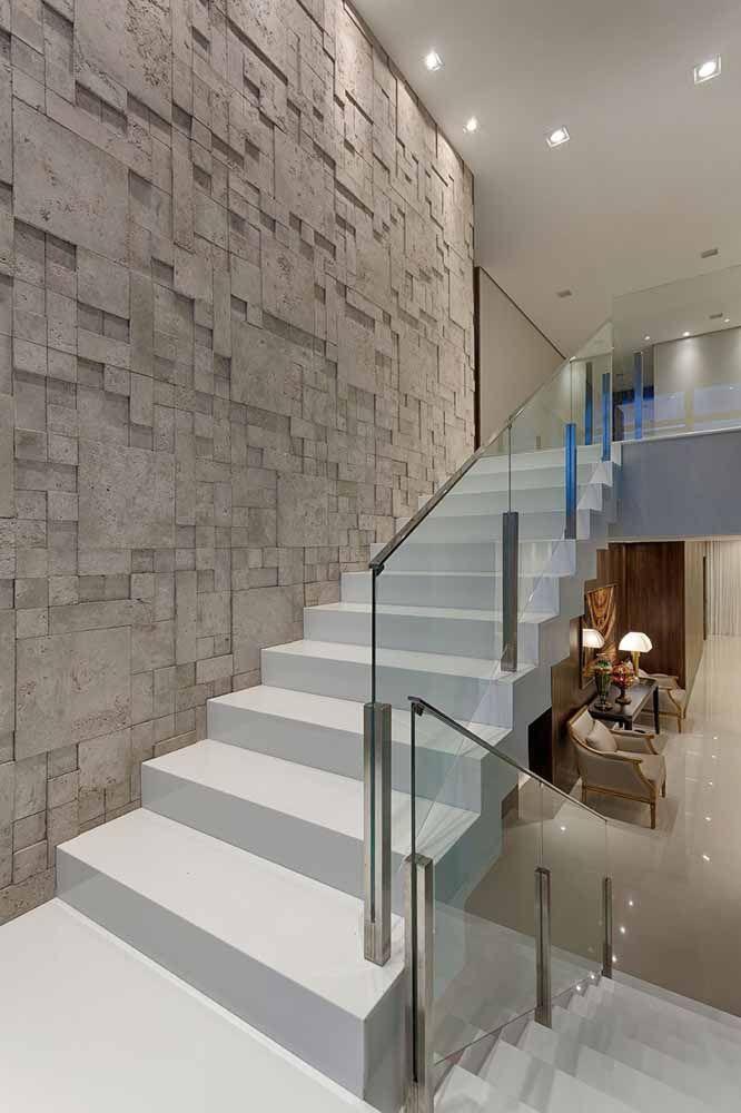 Já para uma proposta clean, elegante e moderna invista em um corrimão de vidro com detalhe em aço inox