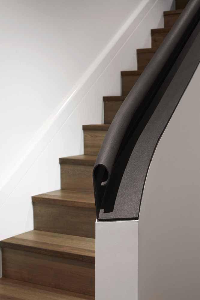 O corrimão dessa escada foi colocado diretamente sobre a mureta de concreto; destaque para o formato retorcido do material
