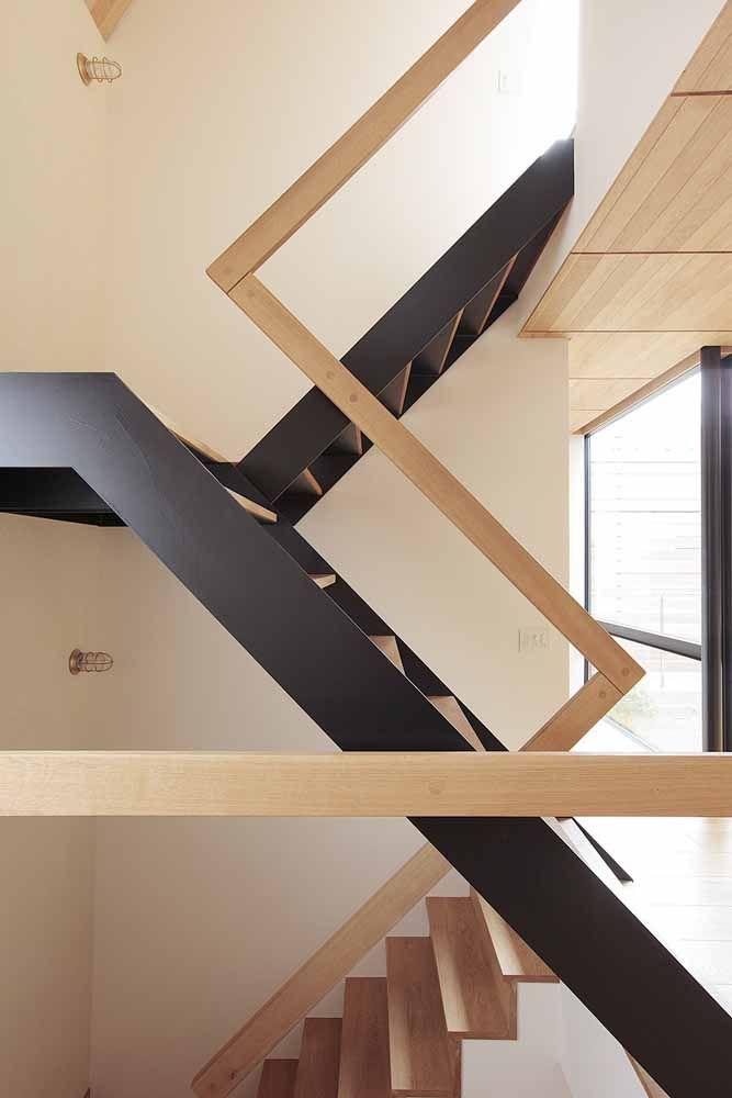 Parece uma confusão de linhas e formas, mas é só um projeto moderno de escada com corrimão de madeira