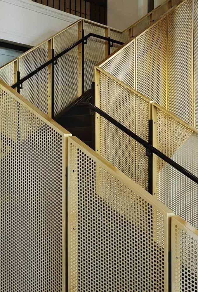 Nessa escada é o contraste entre o luxo do dourado com a rigidez do ferro que se destaca