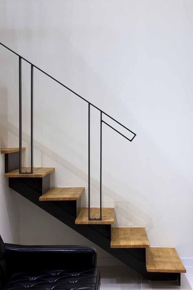 Corrimão de ferro com desenho clean, ideal para projetos de estilo moderno, minimalista ou industrial