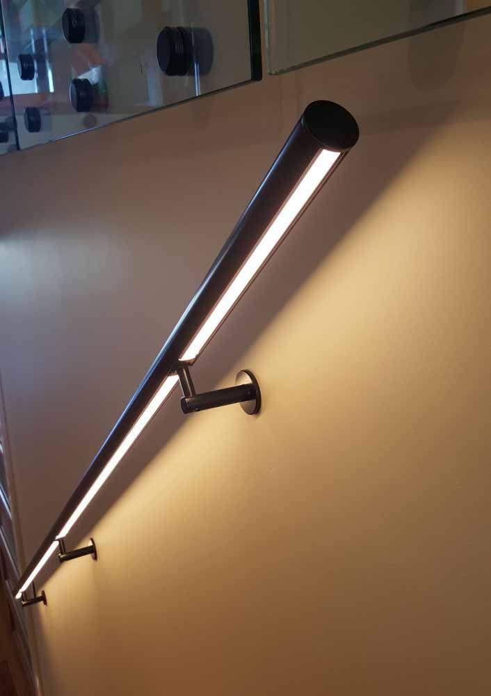 Um simples corrimão de tubo de alumínio pode ganhar uma nova cara com a instalação de uma fita de LED sob ele; sem contar que a luz permite uma utilização mais segura da escada durante a noite