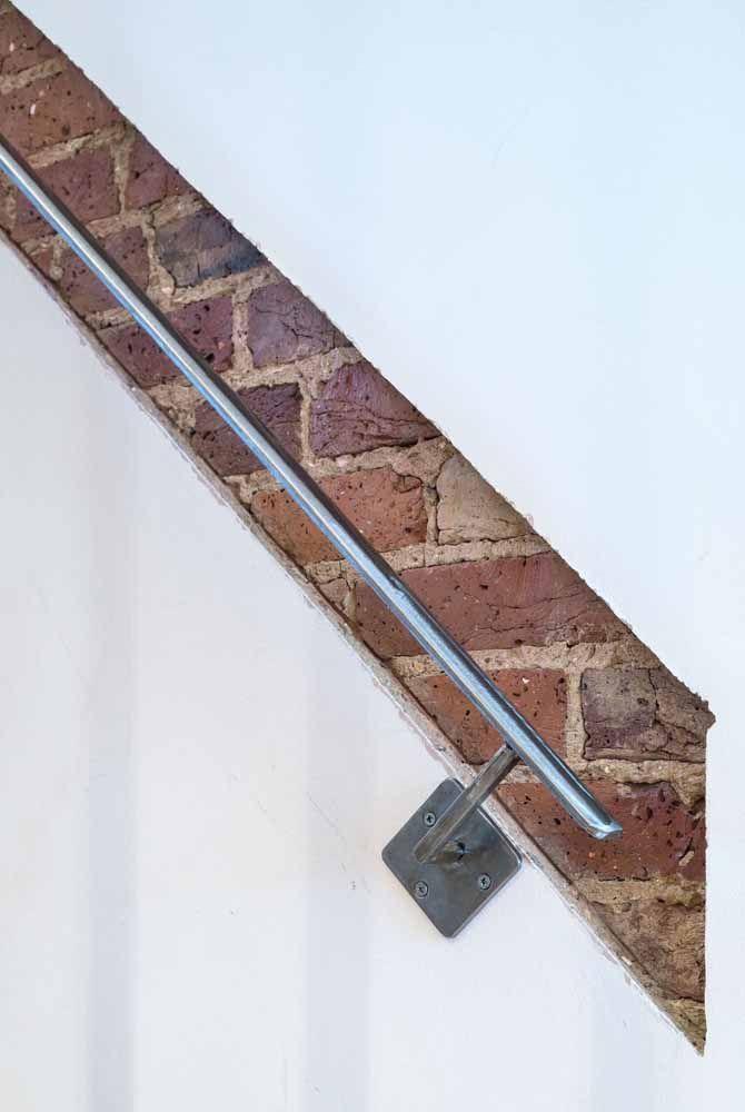 O recorte na parede revela os tijolinhos usados na construção; são eles que guiam o caminho para o pequeno corrimão de alumínio