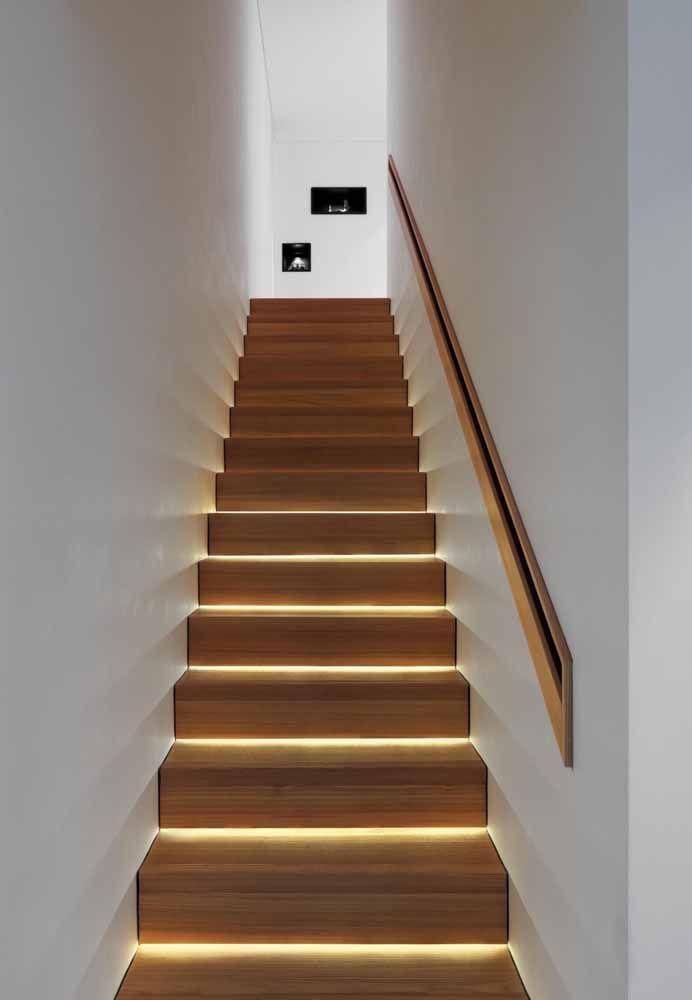 Já esse outro modelo de corrimão embutido foi valorizado com uma moldura de madeira, a mesma utilizada na escada